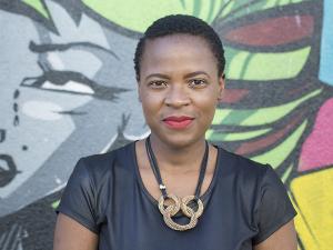 Eine Frau steht vor einem Graffiti